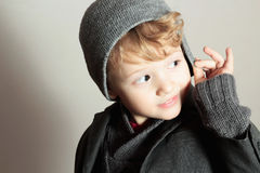 Trendig liten stilig unge för Boy.Stylish. Modebarn. i dräkt, tröja och lock Royaltyfri Foto