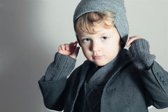 Trendig liten stilig unge för Boy.Stylish. Modebarn. i dräkt, tröja och lock Arkivbilder