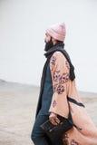 Trendig man som poserar på veckan för mode för Milan Men ` s Fotografering för Bildbyråer