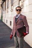 Trendig man som poserar på veckan för mode för Milan Men ` s Arkivfoto