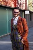 Trendig man som poserar på veckan för mode för Milan Men ` s Arkivbild
