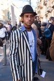 Trendig man som poserar på veckan för mode för Milan Men ` s Arkivbilder