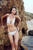 trendig model white för härlig bikini Arkivfoto