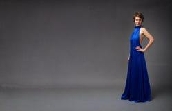 Trendig modell i blå elektrisk klänning royaltyfri fotografi