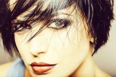 Trendig nätt kvinna med makeup Royaltyfri Bild