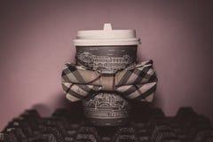Trendig pappers- kopp fotografering för bildbyråer