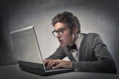 Trendig pojke på datoren arkivfoto