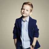 trendig pys stilfullt barn i dräkt fotografering för bildbyråer