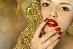 Trendig röd makeup och manikyr arkivfoton