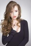 Trendig sexig flicka i svart klänning Royaltyfri Foto
