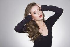 Trendig sexig flicka i svart klänning Fotografering för Bildbyråer