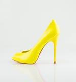 Trendig sko för gula kvinnor arkivfoto
