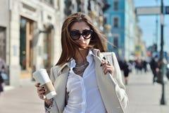 Trendig stående av damen med långt hår i stad Arkivbilder