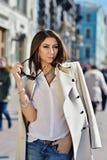 Trendig stående av damen med långt hår i stad Royaltyfri Bild