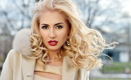 Trendig stående av damen med långt hår i stad Royaltyfria Bilder