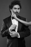 Trendig stående av eleganta sexiga par i studio Royaltyfri Foto