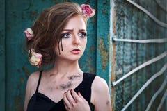 Trendig stående av en tårfylld flicka med torra blommor Retro s Arkivbilder