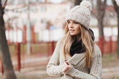 Trendig stilfull flicka i svart läderomslag Arkivfoto