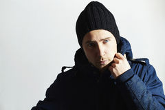 Trendig stilig man i vinterlag Stilfull pojke med blåa ögon tillfällig modevinter Royaltyfri Foto