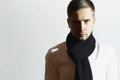 Trendig stilig ung man i halsduk Stilfull pojke tillfällig modevinter Arkivfoto