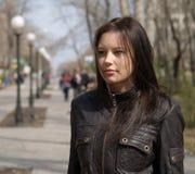 Trendig tonåring i gata Royaltyfri Foto