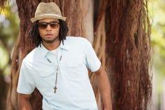 Trendig ung jamaikansk man royaltyfria foton