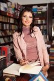 Trendig ung kvinna i bokhandel arkivbilder