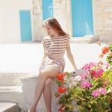 Trendig ung kvinna som poserar i klänning Royaltyfri Foto