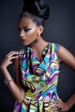 Trendig ung svart kvinna arkivfoto