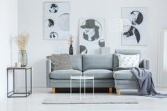Trendig vardagsrum med soffan arkivfoto