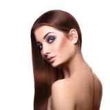 Trendig vuxen kvinna för blåa ögon med perfekt lång brun hårnolla Royaltyfri Bild