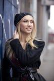 Trendiga blonda unga kvinnor som går på gatan Royaltyfri Fotografi