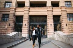 Trendiga gångare Lyckliga par på gatan arkivfoton