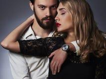 Trendiga par Härlig kvinna nära mannen Arkivbilder