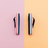 Trendiga sandaler på vaniljbakgrund Fotografering för Bildbyråer