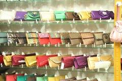 Trendiga skinande handväskor på visningslokal Royaltyfri Fotografi