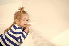 Trendiga små behandla som ett barn pojken på den vita yachten i marin- skjorta royaltyfria bilder