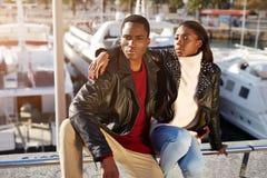 Trendiga yrkesmässiga par av modeller som utomhus poserar Arkivfoton