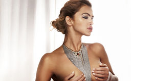 Trendigt foto av den härliga kvinnan med smycken på ljus bacgr Arkivbild