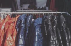 Trendigt omslag i ett boutiquelager arkivfoton