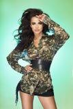 Trendigt posera för brunettdam. Royaltyfria Foton