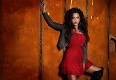 Trendigt posera för brunettflicka. Royaltyfri Bild