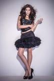 Trendigt posera för brunettkvinna Royaltyfri Bild