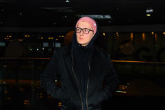 Trendigt tillfälligt anseende för ung man på mörkerabstrakt begreppbakgrund och hålla ögonen på till rätsidan Royaltyfri Foto