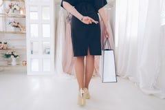 Trendsetter styl ?ycia kobiety sukni wieczorowej butik zdjęcie royalty free