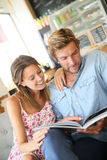 Trendy couple reading magazines Royalty Free Stock Photography