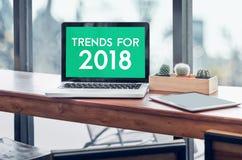 Trendy dla 2018 słowa w laptopu ekranie z pastylką na wo Obraz Stock
