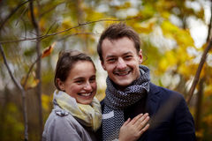 Trendy jong paar dat u bekijkt Stock Foto
