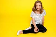 Trendy jonge modieuze meisjeszitting in stijl royalty-vrije stock fotografie