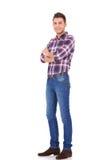 Trendy mens die zich met gekruiste wapens bevindt Royalty-vrije Stock Foto's